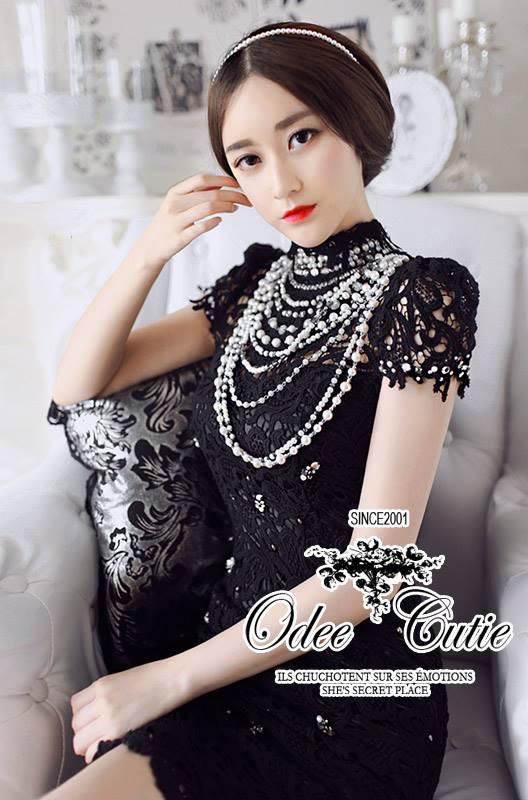 ( พร้อมส่งเสื้อผ้าเกาหลี) เดรสสีดำหรูหรา ผ้าลูกไม้คอสูง ช่วงหัวไหล่เย็บยกตั้ง ปลายแขนและชายกระโปรงขอบระบายลูกไม้สวย ตกแต่งคริสตัล มีซับในในตัว