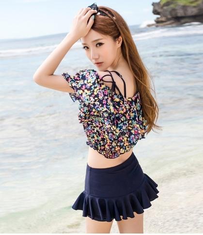 ชุดว่ายน้ำทูพีช สีกรม เสื้อลายดอกไม้ กางเกงแต่งระบายน่ารัก มียกทรงเข้ากับตัวชุด สีสันสดใส น่ารักมากๆ