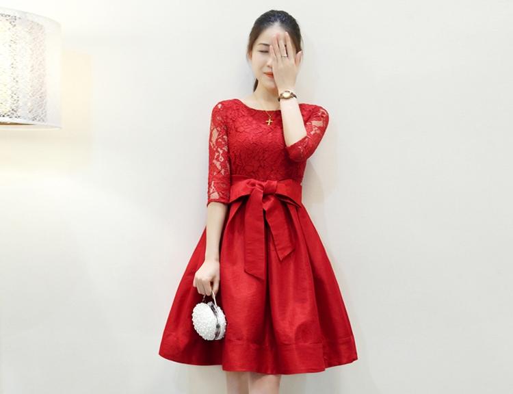 ชุดเดรสทำงานสีแดง แขนสี่ส่วน คอกลม เสื้อเย็บผ้าลูกไม้ กระโปรงบาน เอวผูกโบว์ น่ารัก