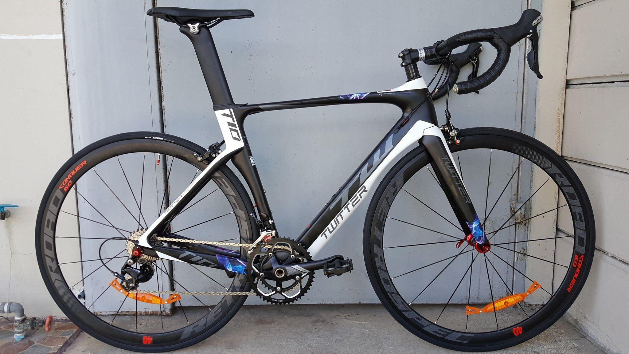 จักรยานเสือหมอบ Twitter T10 เฟรม Carbon สีดำขาว ชุดเกียร์ Shimano 105 22 Speef ไม่กรุ๊ปเซ็ต ดุมล้อแบริ่ง กระโหลกกลวง Pressfit