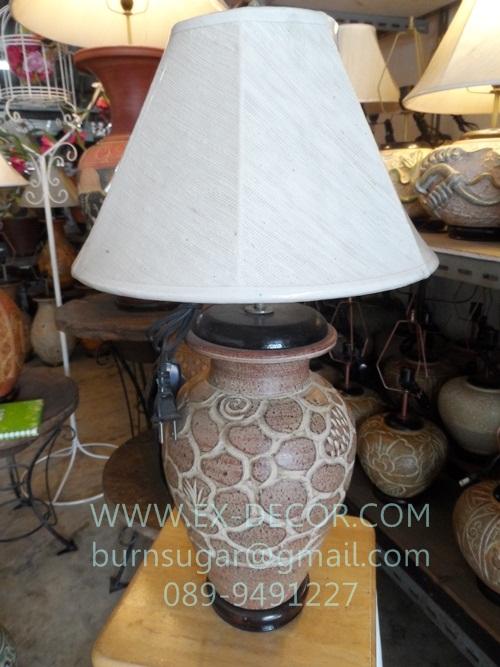 โคมไฟตั้งโต๊ะ ทำจากแจกันดินเผาด่านเกวียน ลวดลายกราฟฟิค สีโคลนน้ำตาล-แดง