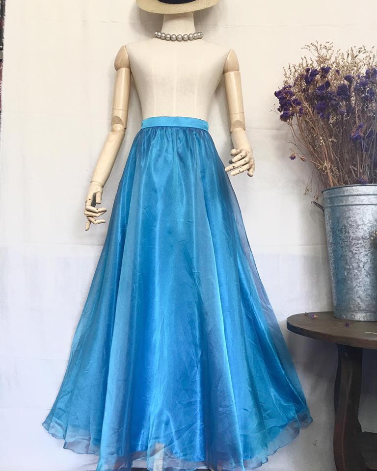 Vintage skirt : กระโปรงวินเทจ สีฟ้าเทอคว๊อย ผ้าแก้วเหลือบๆ พร้อมซับใน