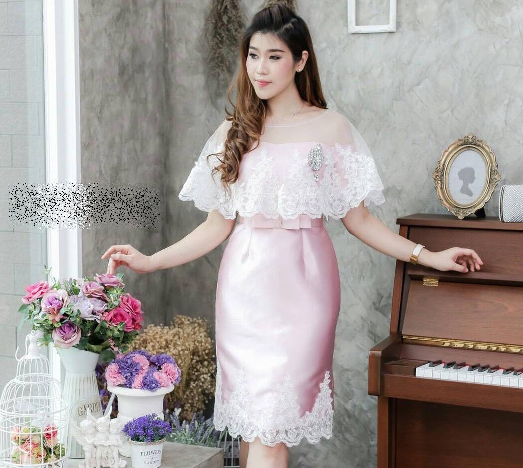 ชุดออกงาน/ชุดไปงานแต่งงานสวยๆ สีชมพู ชุดเดรสสั้นเข้ารูปเปิดไหล่ + ผ้าคลุมลูกไม้ แนวสวยหวาน เรียบหรู ดูดี