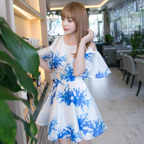 ชุดเดรสสั้นสีขาวพิมพ์ลายสีฟ้า เว้าไหล่ แขนระบาย ลุคสวยๆน่ารักๆสไตล์เกาหลี