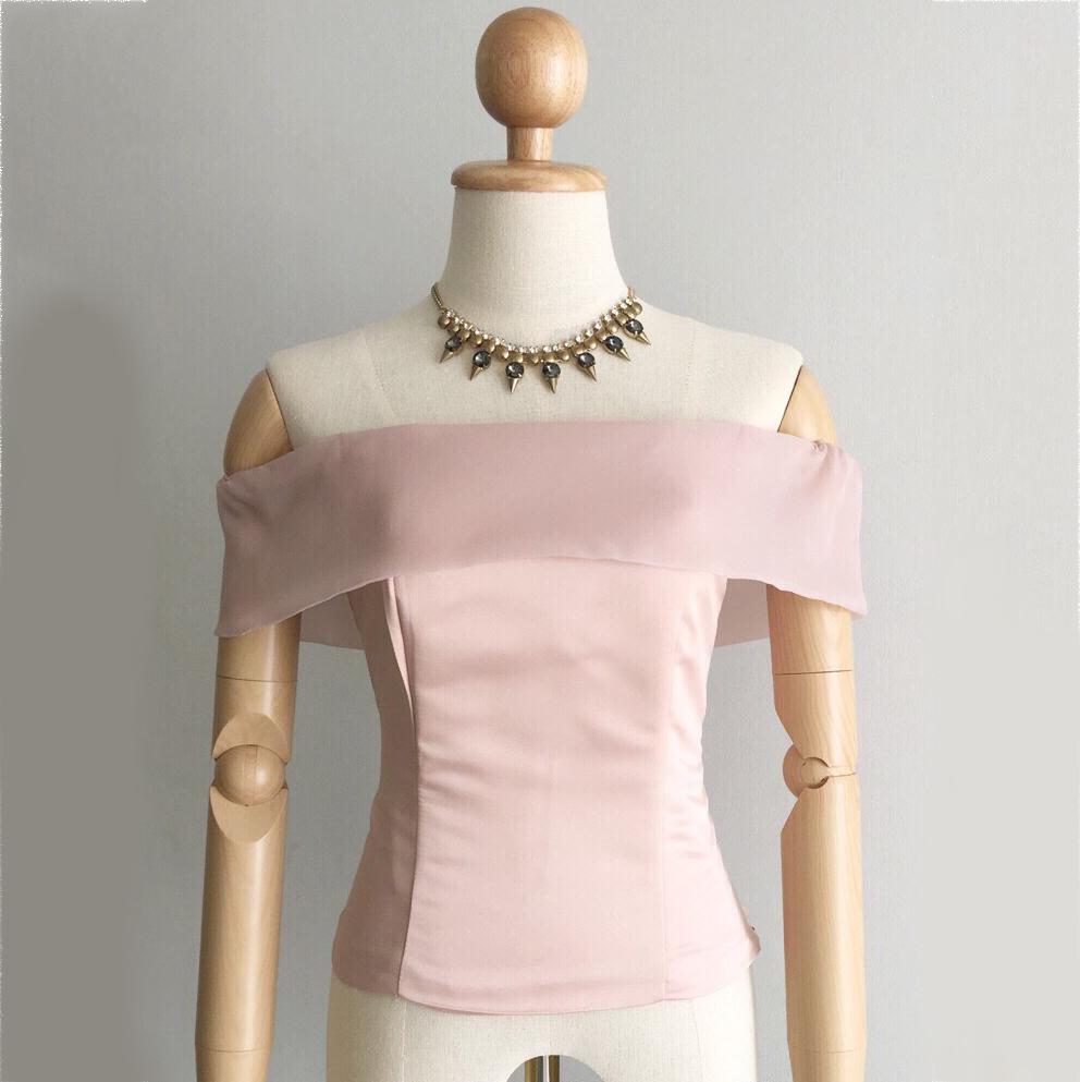 เสื้อออกงานสีชมพูนู้ด เปิดไหล่ คล้องแขน