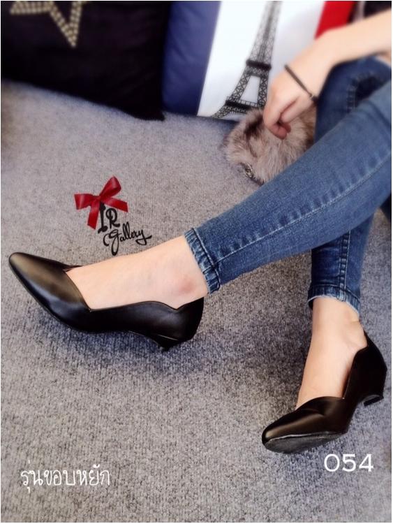 รองเท้าคัทชูหัวแหลม ส้นเตี้ย ขอบหยัก หน้าV (สีดำ )