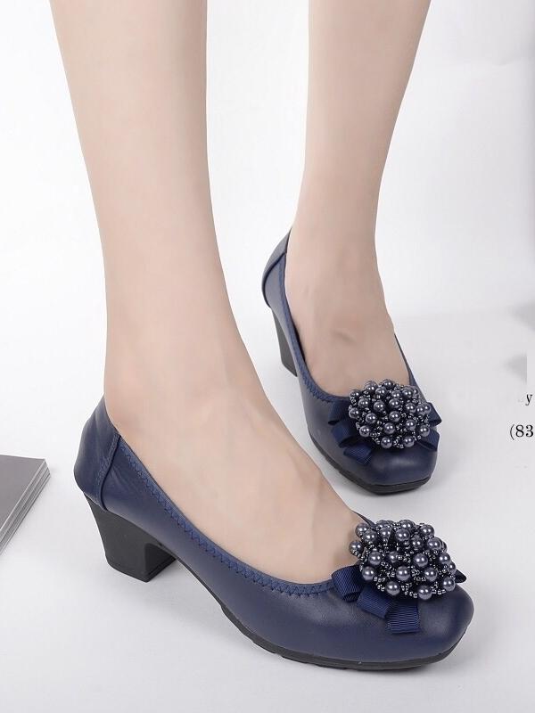 รองเท้าคัทชูผู้หญิง หัวมน แต่งอะไหล่ดอกไม้ (สีน้ำเงิน)