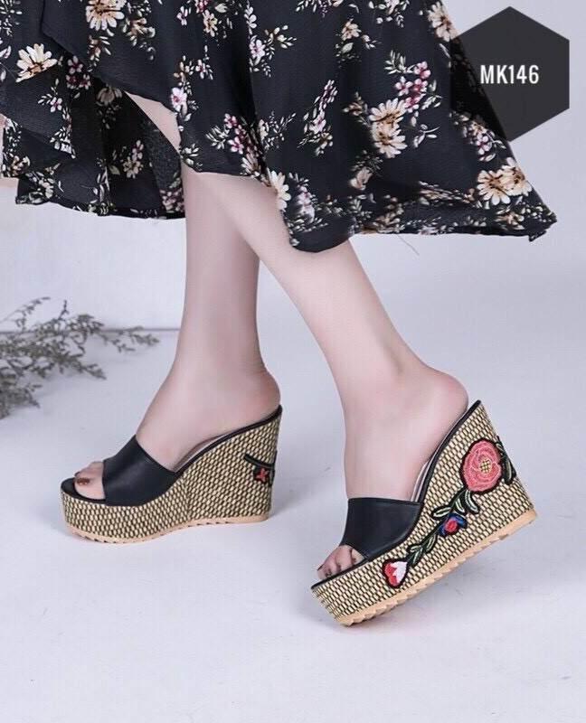 รองเท้าส้นเตารีดเปิดส้น แต่งส้นถักทอลายดอก (สีดำ )