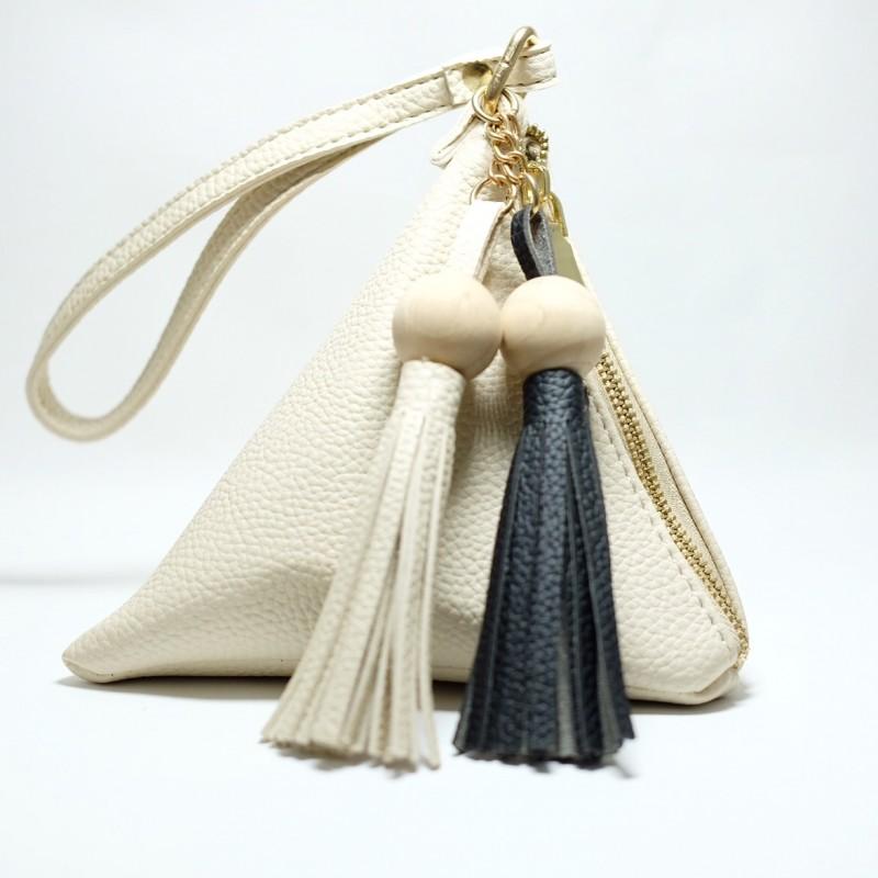 กระเป๋าถือ กระเป๋าคลัทช์ ทรงสามเหลี่ยมเล็ก มีตุ้ม หนังPU [สีครีม ]