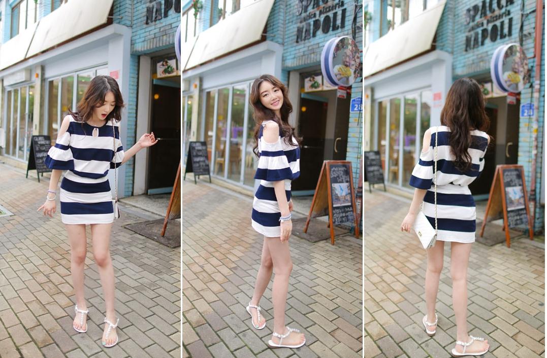 รับตัวแทนจำหน่ายชุดเดรสแฟชั่นเกาหลีลายทางสีน้ำเงินขาวเปิดไหล่