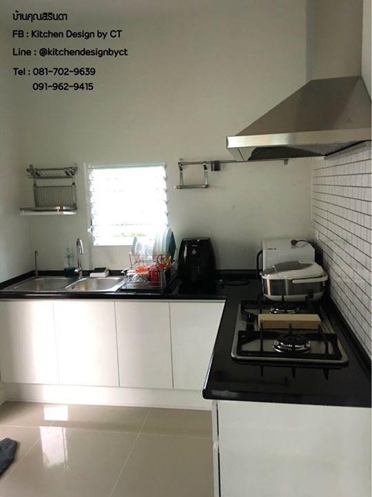 White and Black Kitchen (ครัวบิวท์อินหน้าบานสีขาวเงาตัดท๊อปดำ)