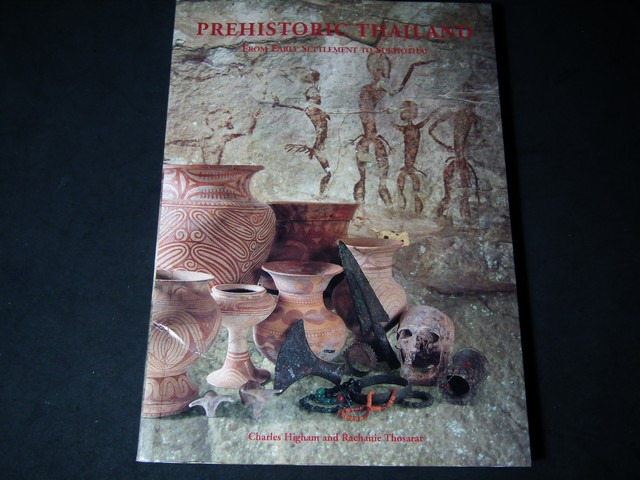 Prehistoric Thailand from Early Settlement to Sukhothai by Charles Higham and Rachanie Thosarat 234 หน้า ปี 1998