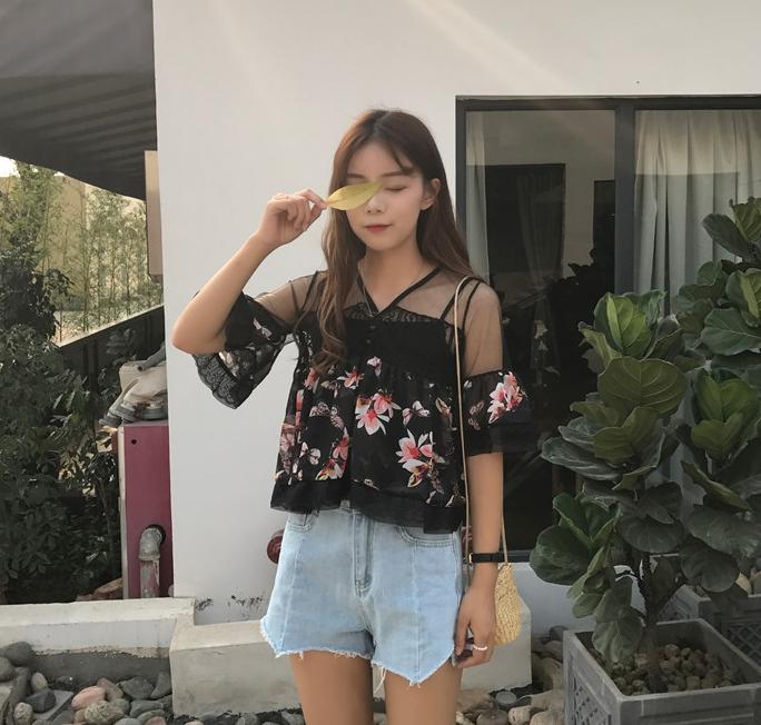 เสื้อครอปแฟชั่นเกาหลี สีดำลายดอกไม้ แต่งระบายซีทรูช่วงบน