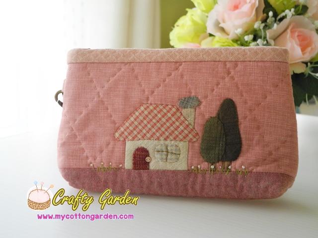 กระเป๋าใส่ของจุกจิก คล้องมือ สายหนังแท้ ข้างในมีช่องแบ่ง ต่อผ้าควิลล์มือ ขนาด กว้าง 20 สูง 13.5 ซม สีชมพูหวาน