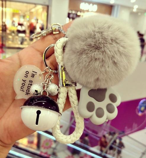 พวงกุญแจ ขนฟู รุ่น Kiss 01 สีเทา