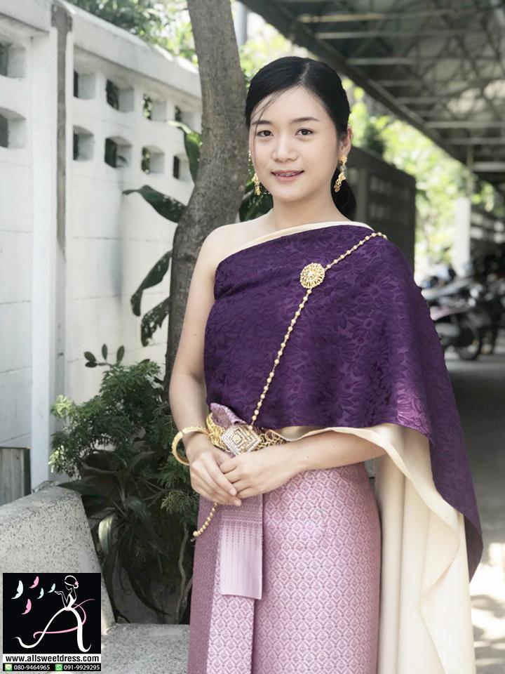 รีวิวจากหมวดอ้อ คนสวยและน่ารักในชุดไทยสไบสีคนรวยคือสีม่วงสดลายสวยๆ ห่มซ้อน 2 ชั้นตัดกับผ้าถุงสีชมพูอมม่วงแบบเบลล่าใส่ของร้านเช่าชุดราตรี ชุดไทย allsweetdress ฝั่งธน