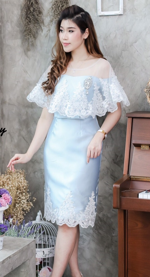(Size 2XL) ชุดไปงานแต่งงาน ชุดไปงานแต่งสีฟ้า เดรสผ้าไหมเปิดไหล่แขนสั้น มาพร้อมกับผ้าคลุมลูกไม้ ฝรั่งเศส มีดีเทลที่ชายกระโปรงแต่งด้วยลูกไม้ฝรั่งเศส ชุดนี้คัตติ้งเป๊ะ งานดีเนี๊ยบสุด ๆ (แถมผ้าคลุมลูกไม้)