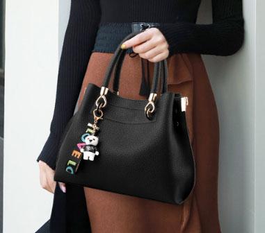 พร้อมส่ง กระเป๋าถือและสะพายข้าง ผู้หญิง แฟชั่นเกาหลี รหัส Yi-1803 สีดำ 2 ใบ *แถมจี้แพนด้า