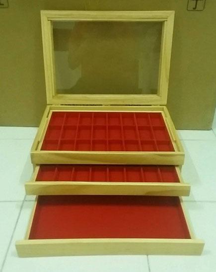 กล่องใส่พระงานไม้สน จำนวน 48 ช่อง พร้อมถาดโล่ง 1 ช่อง