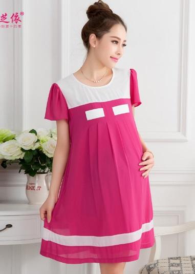 Dressกระโปรงผ้าชีฟองสีชมพู แขนสั้น ช่วงคอเป็นผ้าสีขาว ชายเสื้อคาดด้วยผ้าสีขาว พร้อมเชือกผูกหลัง รูปทรงน่ารักกิ๊บเก๋ สีสันสดใสน่าใส่มากค่ะ